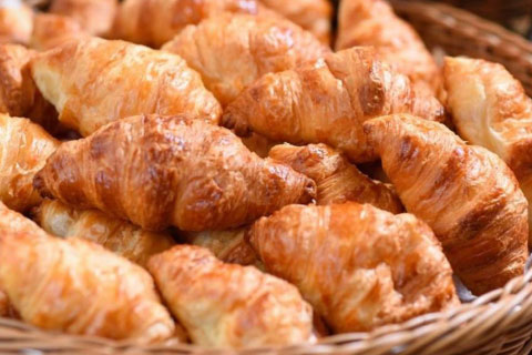 焼きたてクロワッサン、テーブルロールの、香ばしい焼きたてパンの薫りに誘われて。