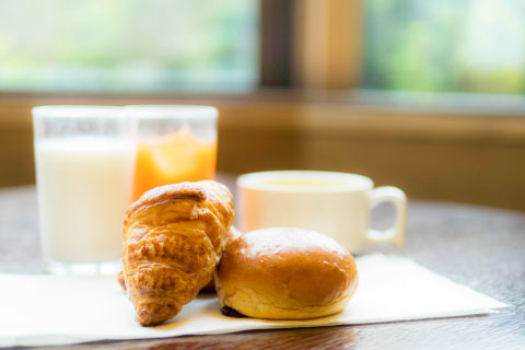 軽朝食付プラン限定、ご宿泊者様へ無料朝食のご用意をしています。レストランでどうぞお召し上がりください。