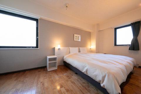ダブルルーム/フローリングの床が特徴